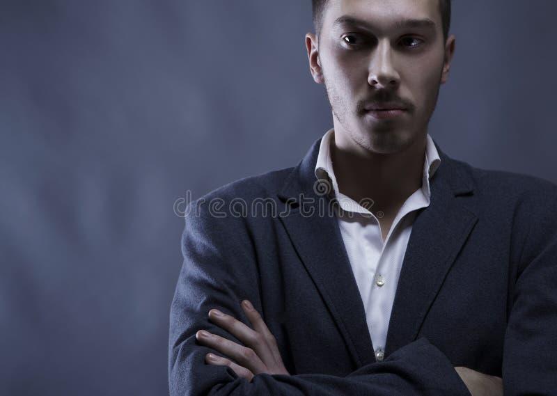 Pares de homem atrativo novo do retrato no terno fotografia de stock