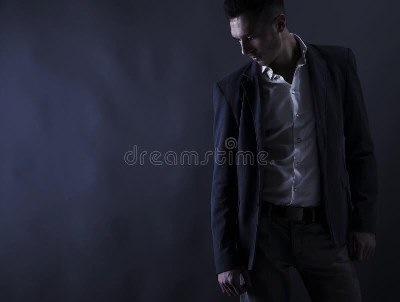 Pares de homem atrativo novo do retrato no terno fotos de stock