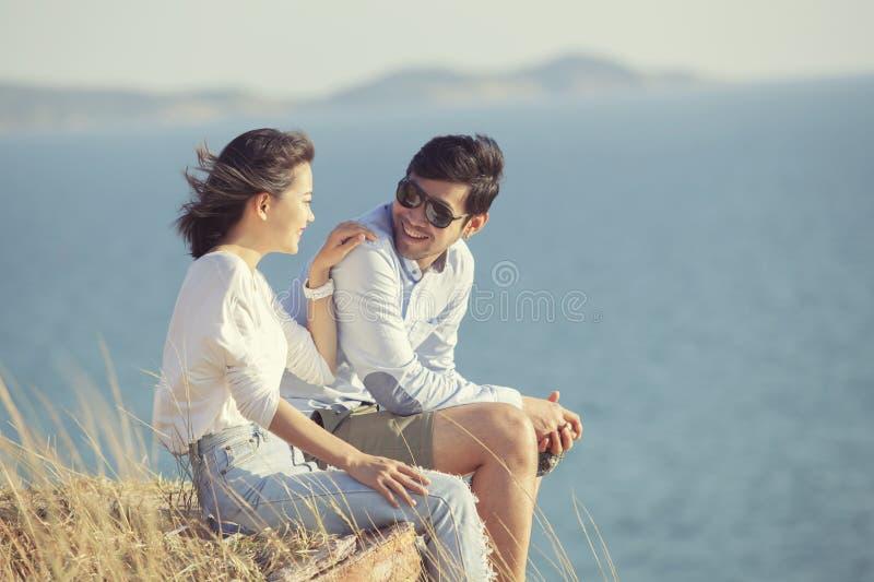 Pares de homem mais novo e de mulher asiáticos que relaxam com felicidade o foto de stock royalty free