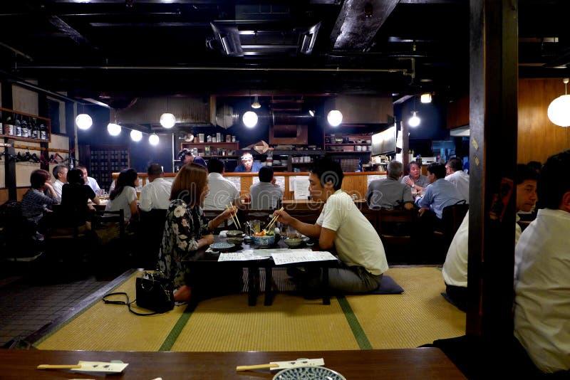 Pares de Izakaya en Kyoto fotos de archivo