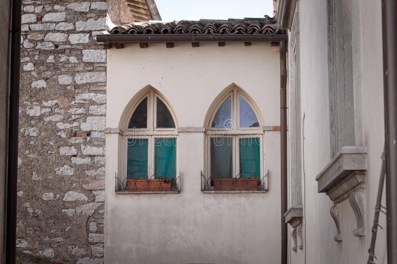 Pares de janelas góticos imagens de stock royalty free