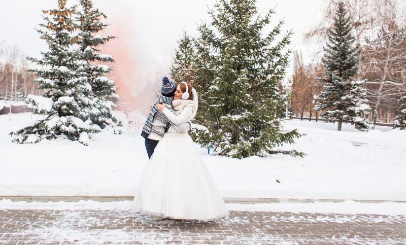 Pares de la boda al aire libre en invierno imagenes de archivo