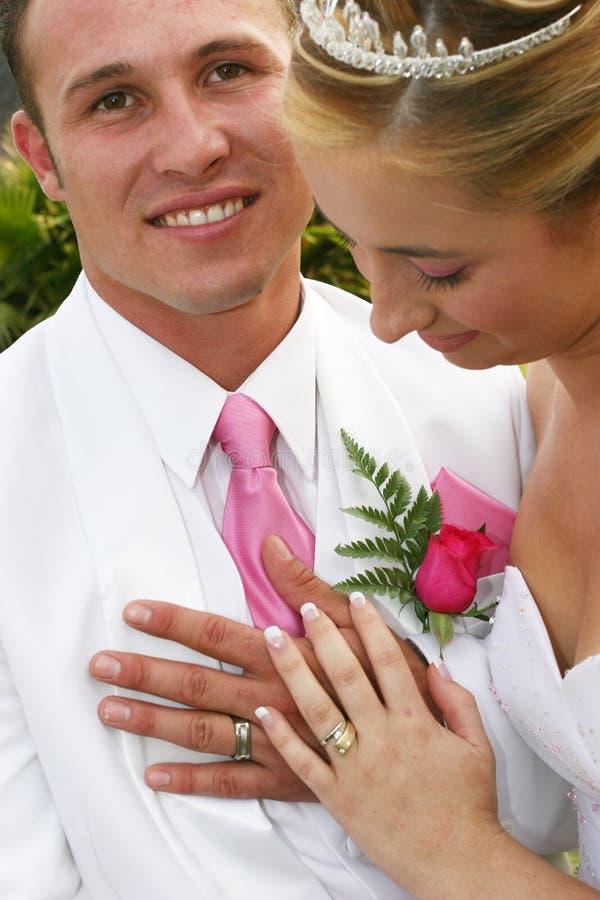 Pares de la boda con los anillos fotos de archivo libres de regalías