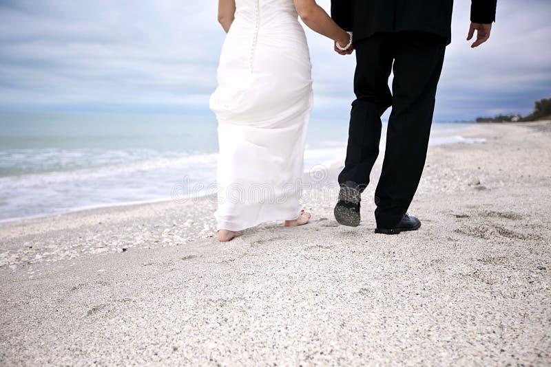 Pares de la boda de playa foto de archivo libre de regalías