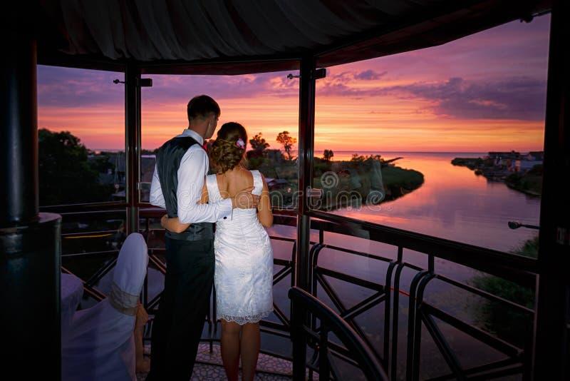 Pares de la boda en amor en el tiempo de la puesta del sol fotografía de archivo libre de regalías