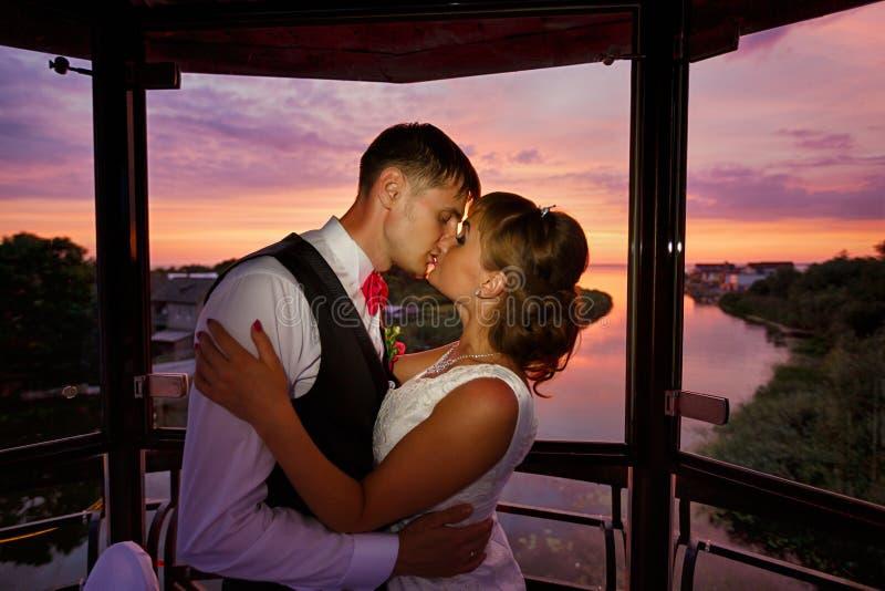 Pares de la boda en amor en el tiempo de la puesta del sol fotografía de archivo