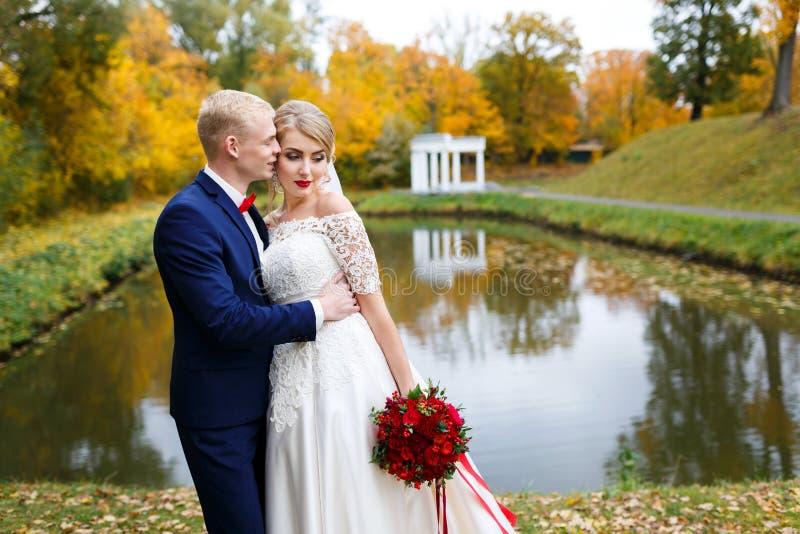 Pares de la boda en caída fotos de archivo libres de regalías