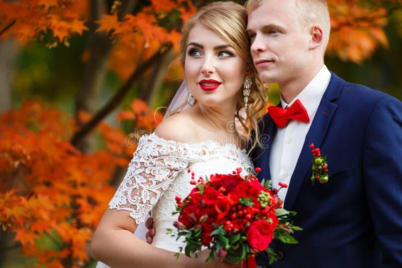 Pares de la boda en caída foto de archivo