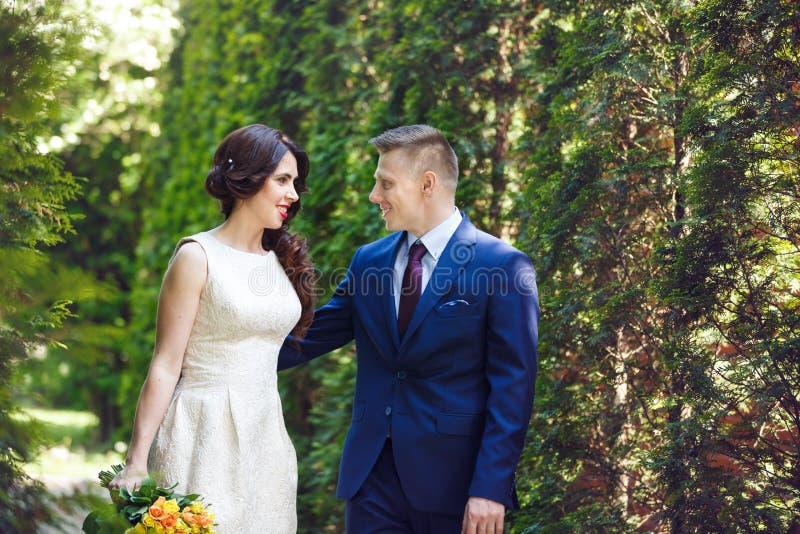 Pares de la boda en el bosque imagenes de archivo