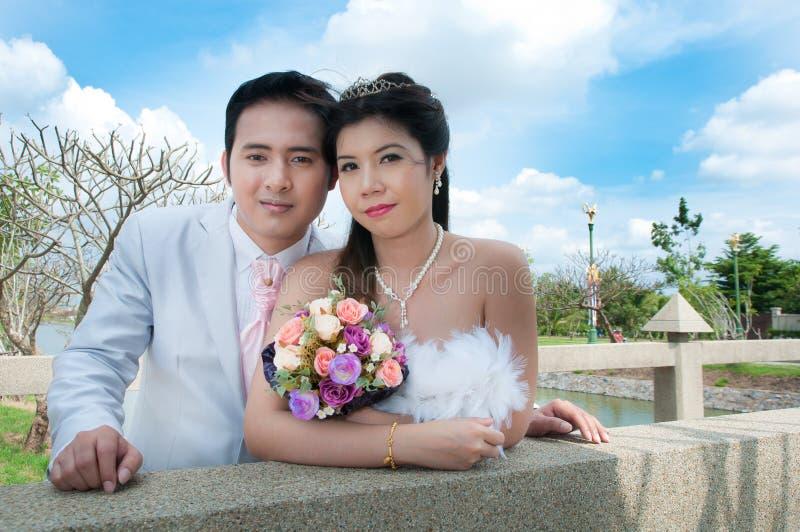 Pares de la boda en el parque en Tailandia imagen de archivo libre de regalías