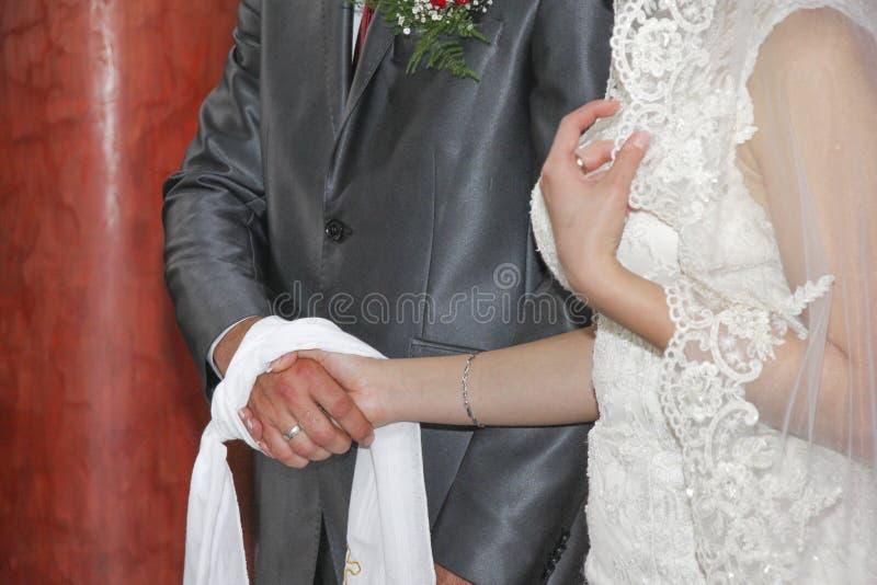 Pares de la boda en iglesia fotos de archivo