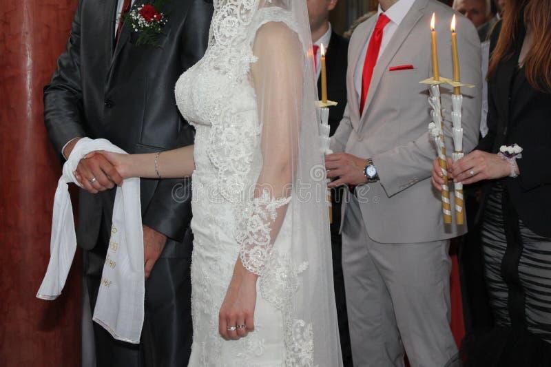 Pares de la boda en iglesia fotografía de archivo