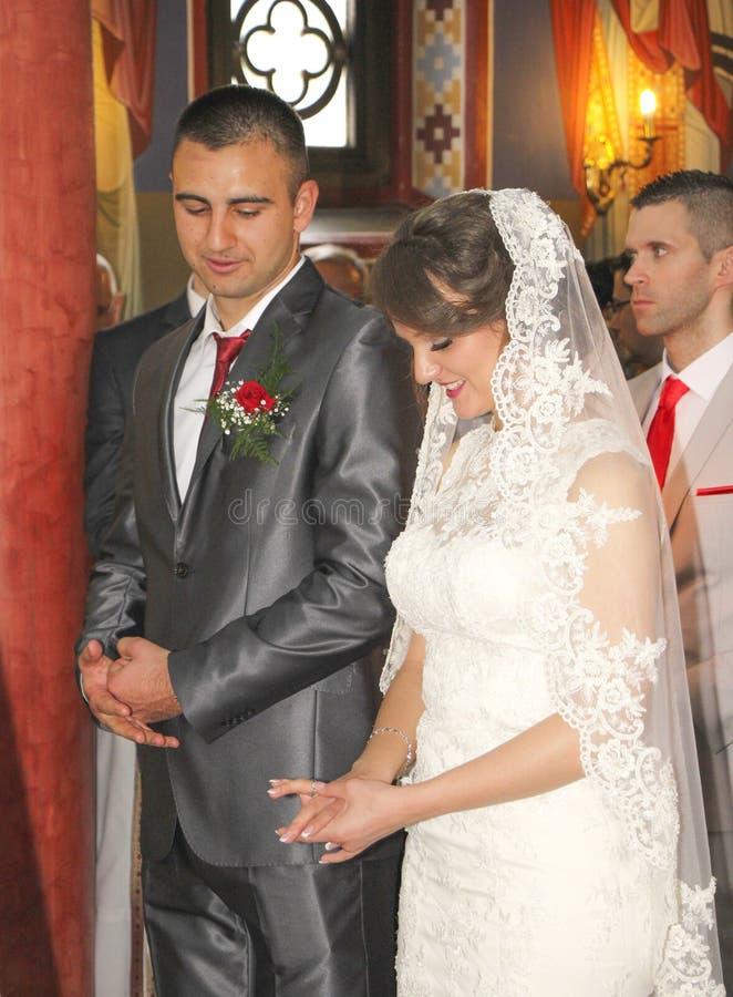 Pares de la boda en iglesia imagenes de archivo