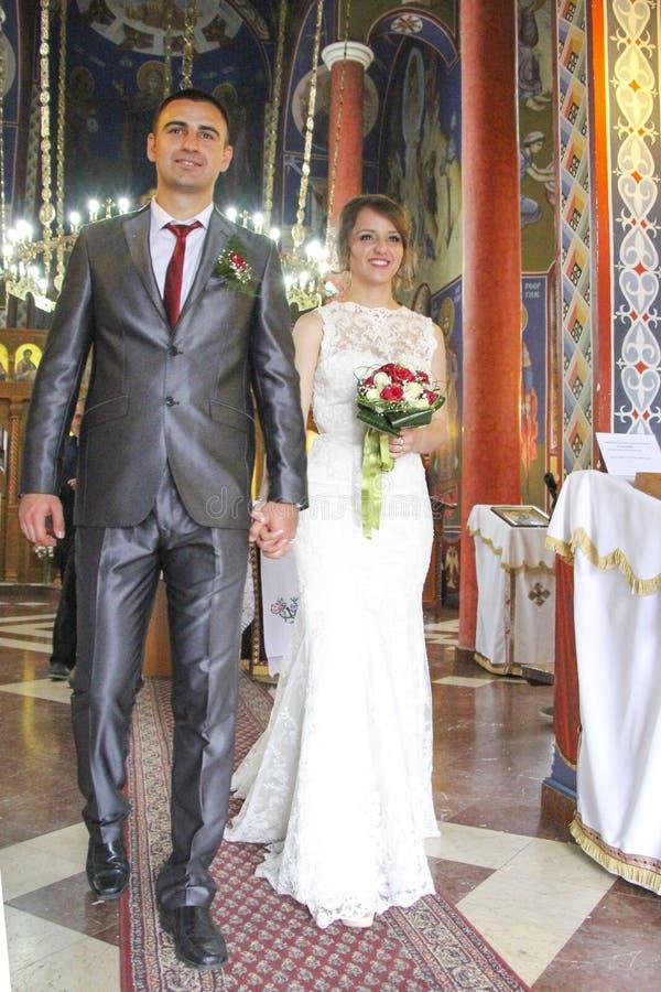 Pares de la boda en iglesia imágenes de archivo libres de regalías