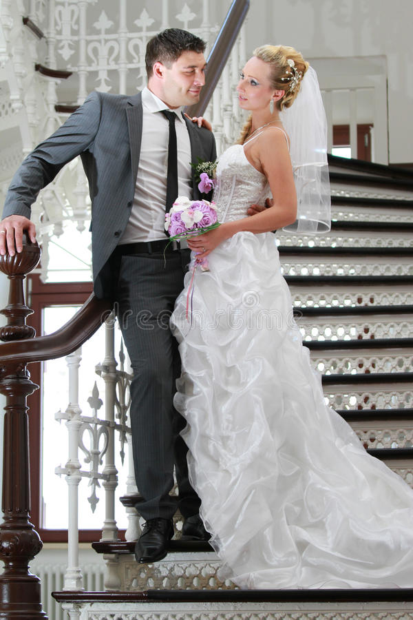 Pares de la boda en la escalera imagen de archivo libre de regalías