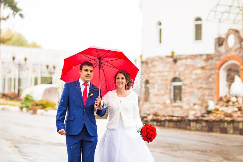 Pares de la boda en la lluvia fotos de archivo libres de regalías