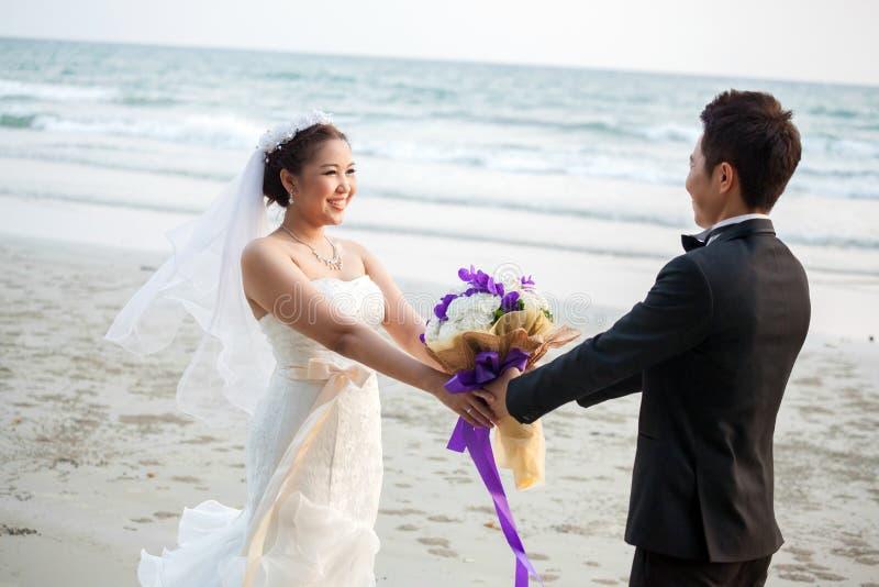 Pares de la boda en la playa foto de archivo libre de regalías