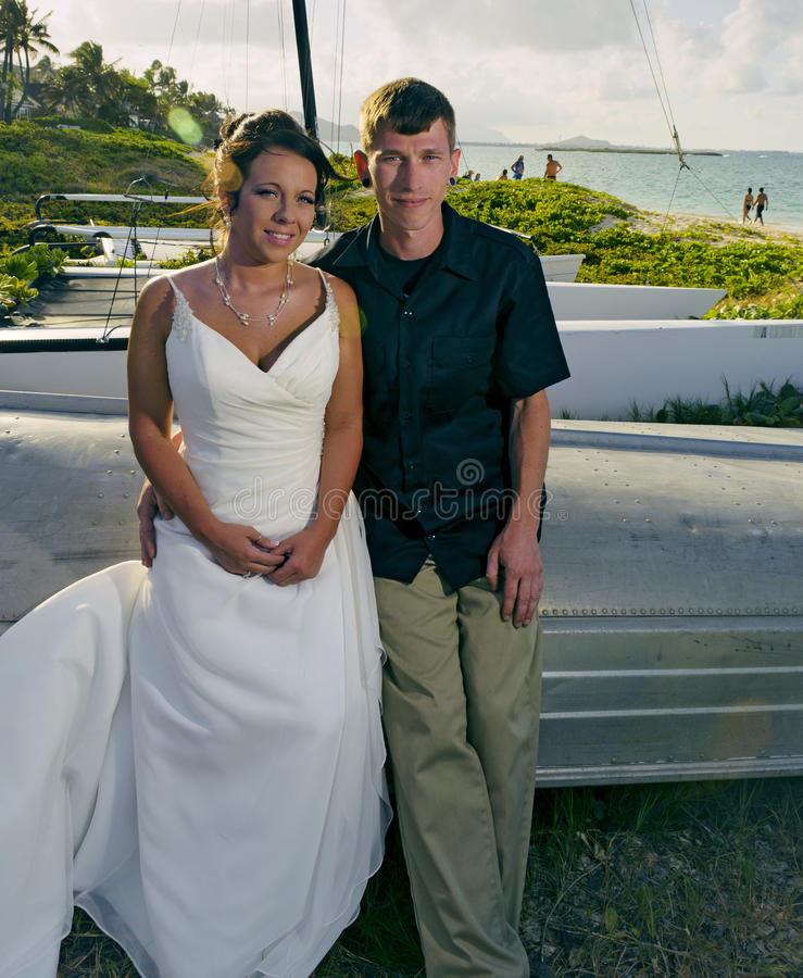 Pares de la boda en la playa del lanikai fotografía de archivo libre de regalías