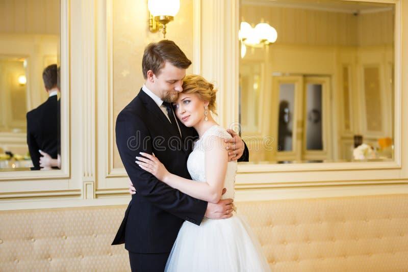 Pares de la boda interiores fotografía de archivo