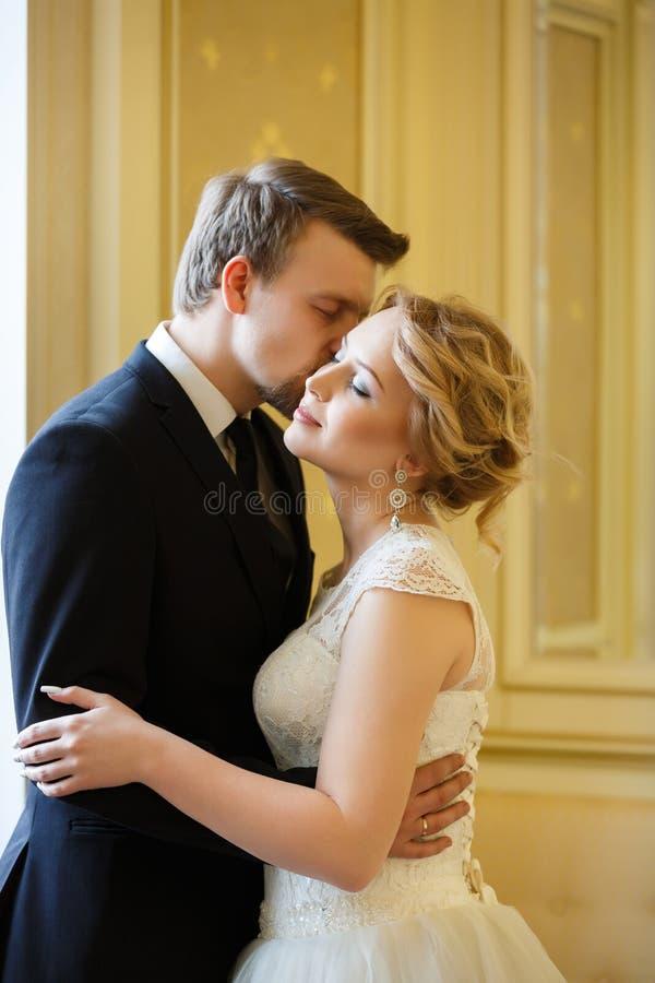 Pares de la boda interiores imagen de archivo
