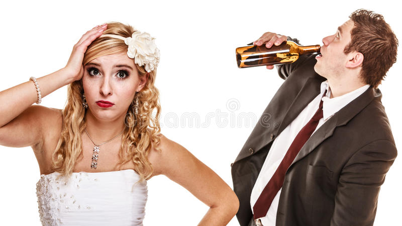 Pares de la boda, novia con el novio de consumición alcohólico fotografía de archivo