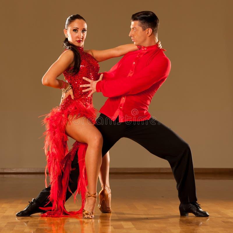 Pares de la danza del Latino en la acción - samba salvaje de baile fotos de archivo libres de regalías