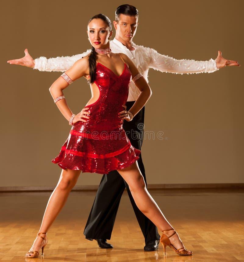 Pares de la danza del Latino en la acción - samba salvaje de baile imagen de archivo