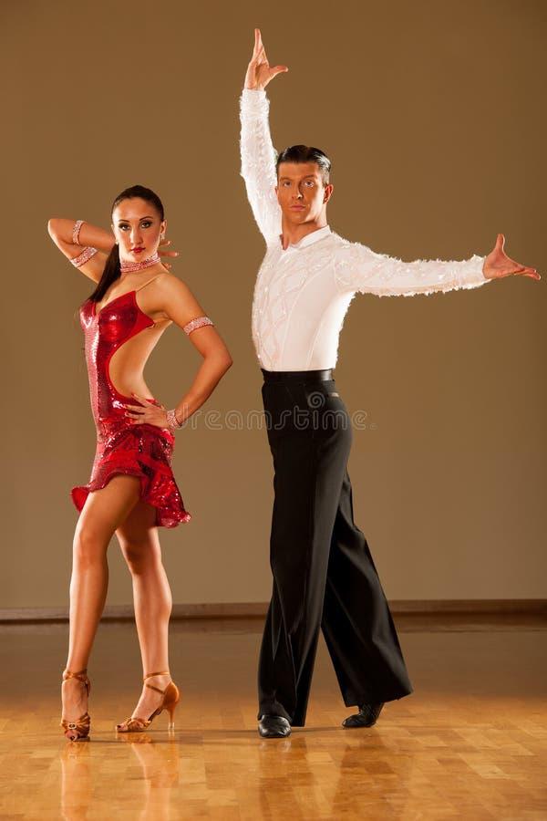 Pares de la danza del Latino en la acción - samba salvaje de baile fotos de archivo