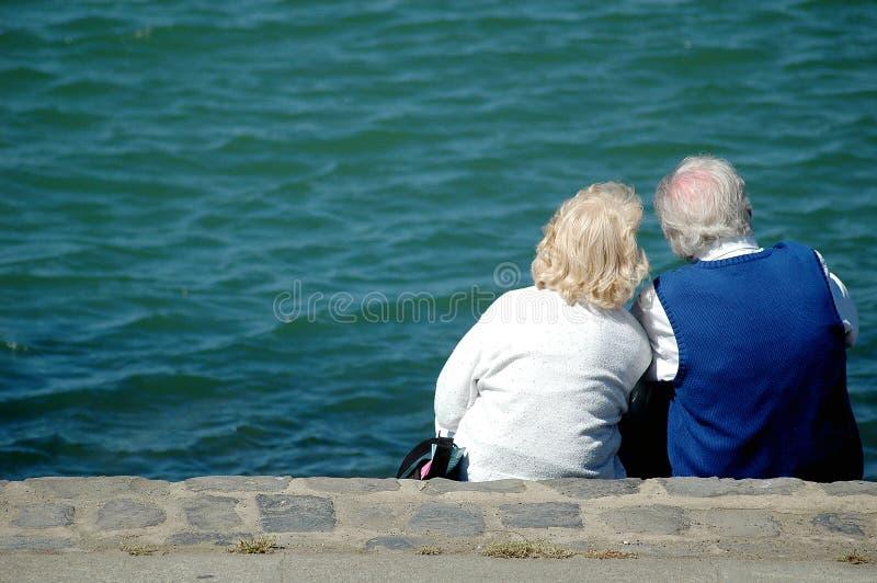 Pares de la edad avanzada en una playa foto de archivo libre de regalías