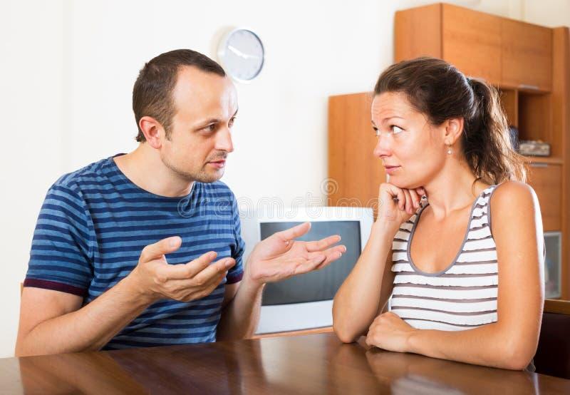 Pares de la familia que tienen conversación seria imagenes de archivo