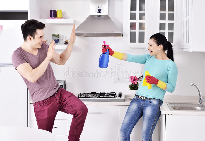 Pares de la felicidad después de limpiar la casa imágenes de archivo libres de regalías
