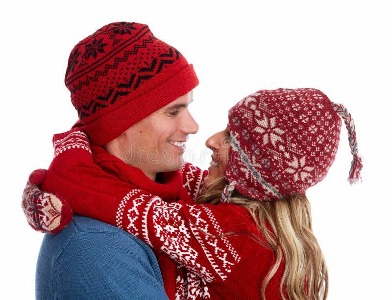 Pares de la feliz Navidad en ropa del invierno. fotografía de archivo