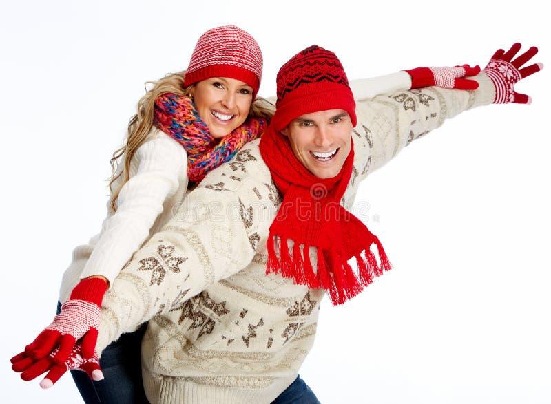 Pares de la feliz Navidad en ropa del invierno. imagen de archivo