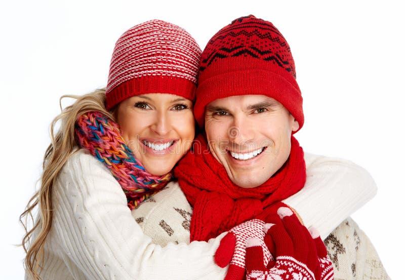 Pares de la feliz Navidad en ropa del invierno. foto de archivo libre de regalías