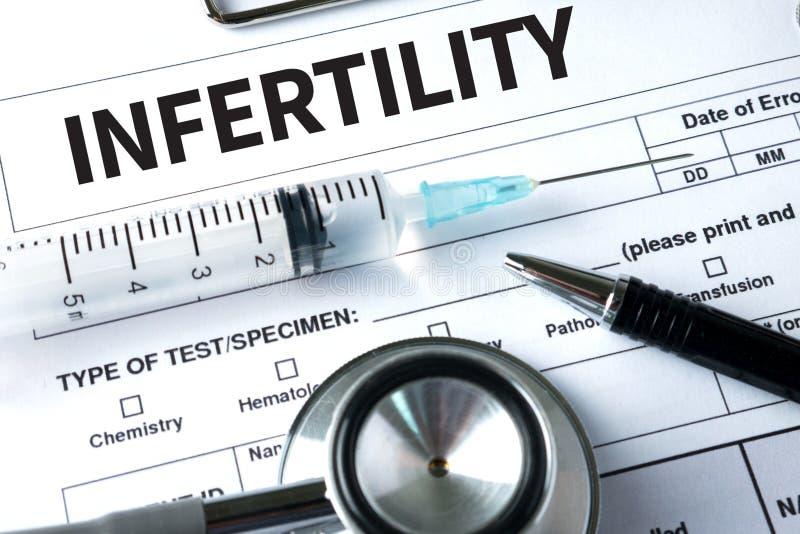 Pares de la INFERTILIDAD que dan un soborno para el tratamiento de IVF, jeringuilla fotografía de archivo