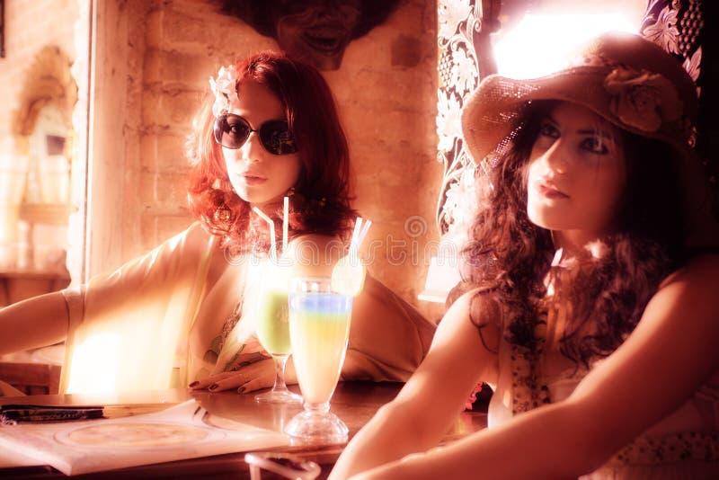 Pares de la mujer en café con estilo imagenes de archivo