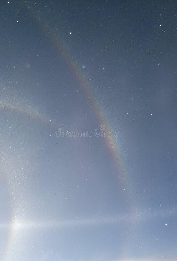 Pares de la opinión del arco iris desde arriba de la colina en las montañas durante el esquí durante día soleado, nevando suaveme fotos de archivo
