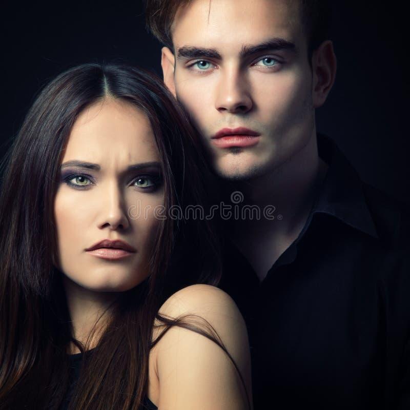 pares de la pasión, hombre joven hermoso y primer de la mujer, encima imagenes de archivo