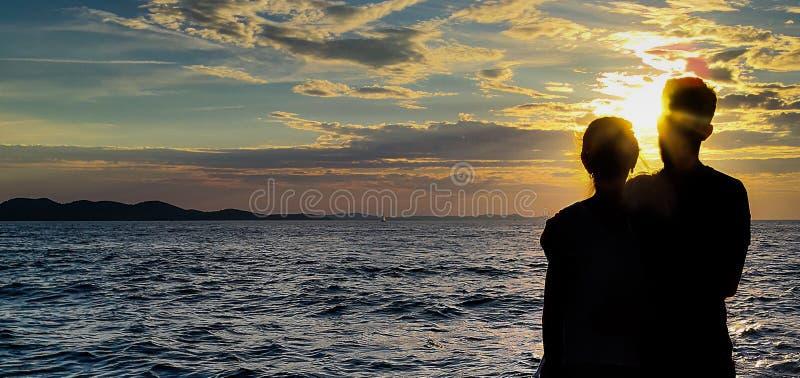 Pares de la sombra con un fondo de la puesta del sol imagen de archivo