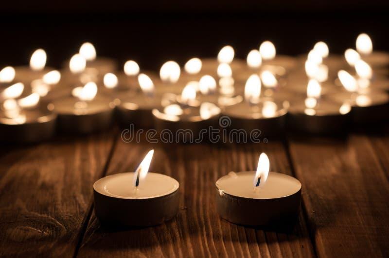 Pares de la vela y de velas borrosas en de madera viejo imagen de archivo libre de regalías