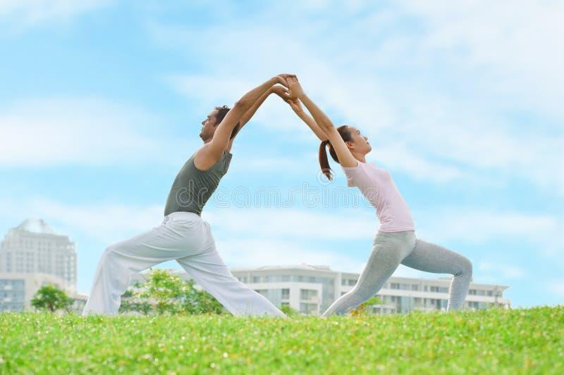 Pares de la yoga imágenes de archivo libres de regalías