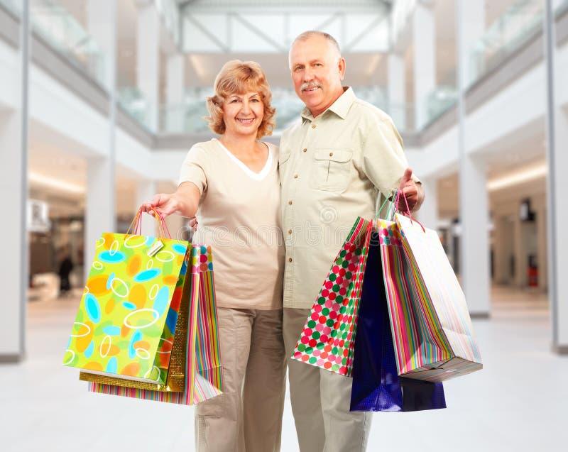 Pares de las compras con las bolsas de papel imágenes de archivo libres de regalías