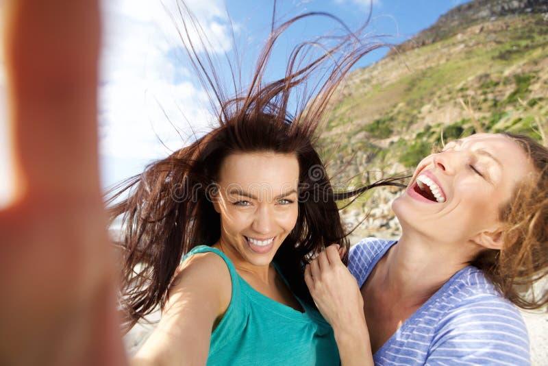 Pares de las novias que toman selfies de la diversión fotos de archivo