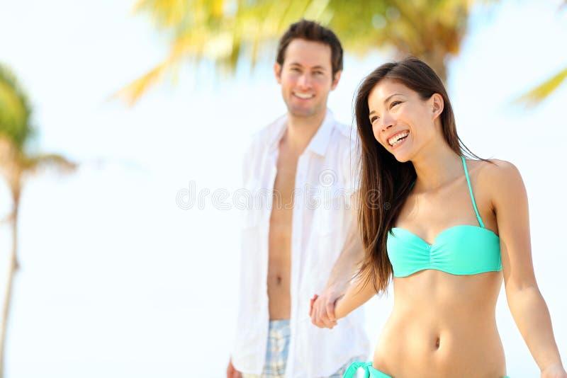 Pares de las vacaciones de la playa imagen de archivo libre de regalías