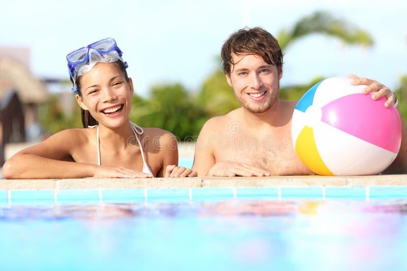 Pares de las vacaciones de verano imagen de archivo