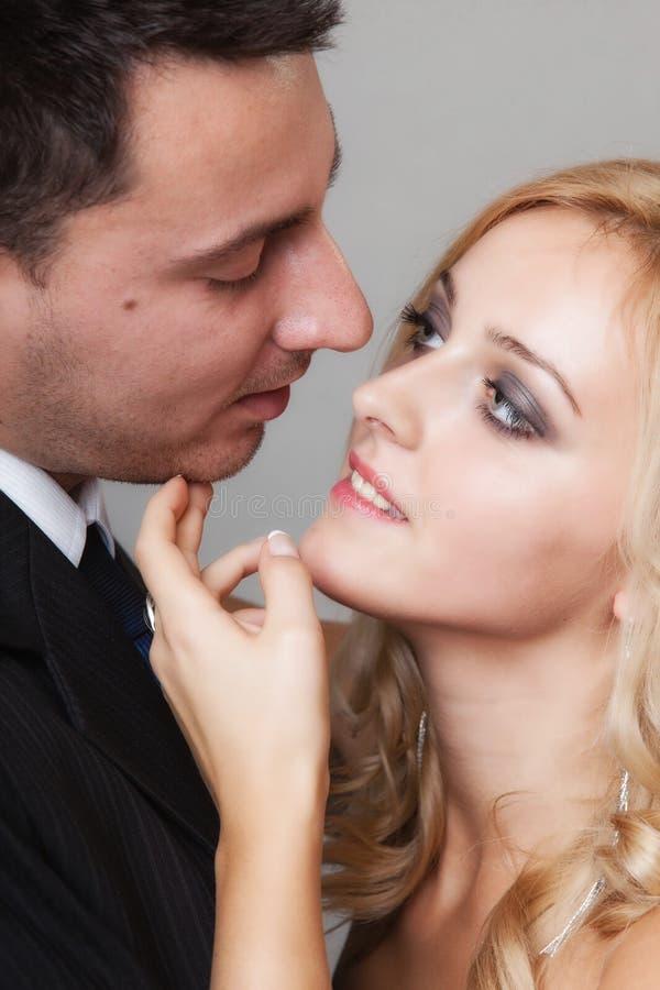 Pares de los amantes novio y del tiro del estudio de la novia imagen de archivo libre de regalías