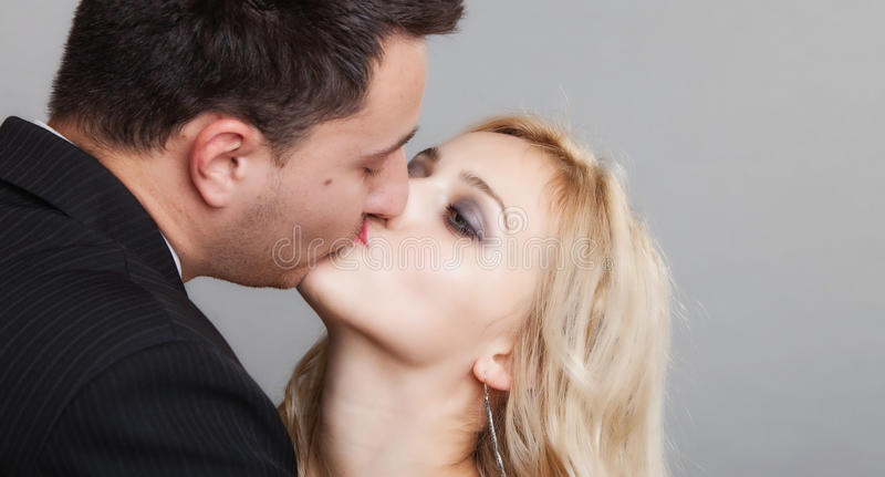 Pares de los amantes novio y del tiro del estudio de la novia imagenes de archivo