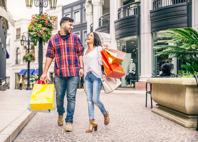 Pares de los amantes que hacen compras al aire libre foto de archivo libre de regalías