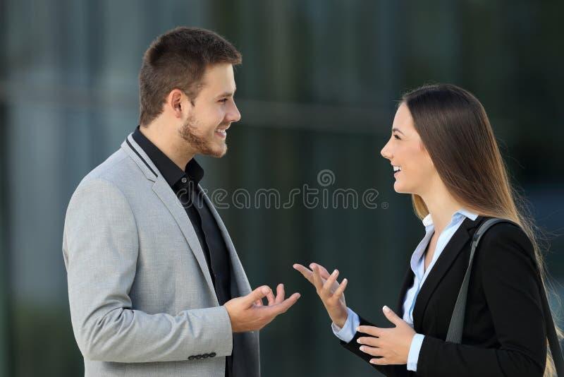 Pares de los ejecutivos que hablan en la calle foto de archivo libre de regalías