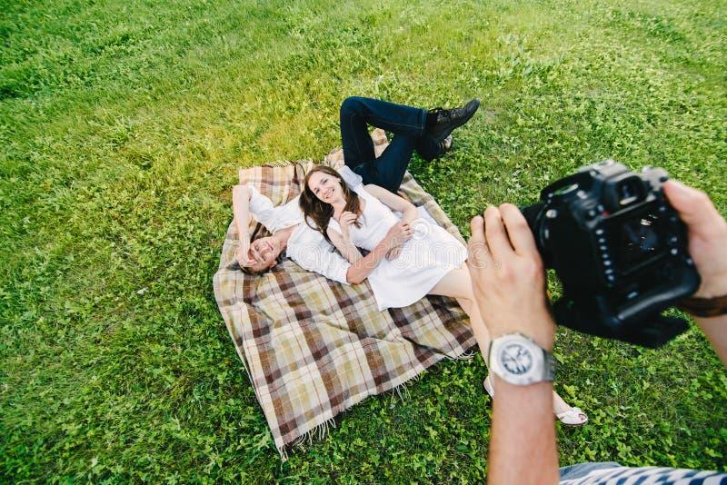 Pares de los jóvenes de la foto de la visión superior fotos de archivo